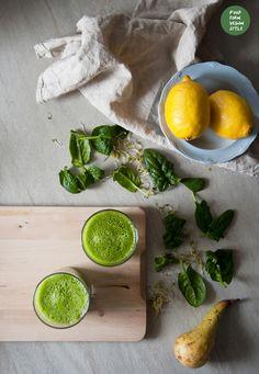 Zielony koktajl z gruszką, ogórkiem, szpinakiem i kiełkami / Green smoothie with pear, cucumber, spinach and sprouts