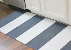Sublime idée! Un tapis de yoga tourné en tapis de cuisine!