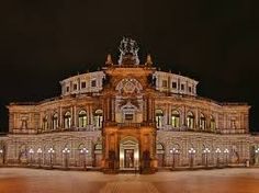 Die Dresdner Semperoper ist nicht nur ein Architekturdenkmal, sie ist vor allem Spielstätte und bietet den festlichen Rahmen für die Aufführungen der Sparten Oper, Staatskapelle Ballett und Junge Szene. Zugleich ist sie zu einem Symbol dieser Stadt geworden und weltweit Inbegriff für bedeutende Opernkunst.