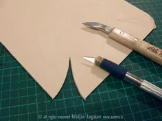 Pinched joint leather - corner detail Leather Diy Crafts, Leather Projects, Leather Crafting, Leather Tooling, Leather Wallet, Leather Bags, Leather Handbags, Leather Bag Tutorial, Leather Coasters