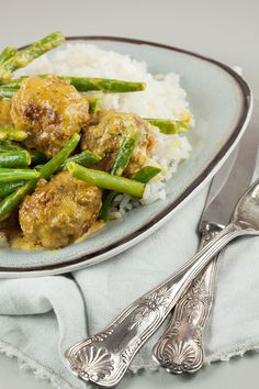Every-day of the week recipe for delicious spiced meatballs with green beans and rice. Recipe for 4 people, ready within 40 minutes. Dutch Recipes, Asian Recipes, Cooking Recipes, Healthy Recipes, Ethnic Recipes, Healthy Food, How To Cook Rice, Happy Foods, Middle Eastern Recipes