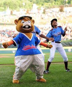 Mo'ne Davis and mascot