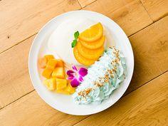 エッグスンシングス 限定アニバーサリーパンケーキ、白桃やマンゴーなどフルーツづくし | ニュース - ファッションプレス