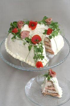 Erittäin maukas kinkkuvoileipäkakku!/A very flavorful ham sandwich cake, a savory cake.