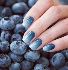 manucure ombrée, ongles dégradés bleus blancs
