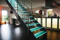Glastreppe Nürnberg Blechwangentreppe mit beleuchteten Glasstufen und liegendem Edelstahlgeländer