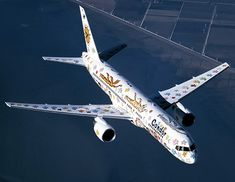 """Der """"Rizzi-Bird"""", eine Boeing 757-300, wurde vom Künstler James Rizzi zum 40. Geburtstag von Condor designed."""