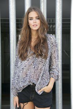 shorts de Levi's, blusa de Isabel Marant para H&M, bolso de Laura Vela y botines de Isabel Marant etoile.