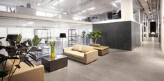 Qstone - Endless - Keramische tegels in betonlook Sol Pvc, Luxury Vinyl Tile, Vinyl Tiles, Office Lighting, Co Working, Commercial Interiors, How To Clean Carpet, Office Interiors, Aluminium