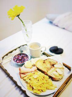 Café da manhã na cama, que tudo. Bom dia!