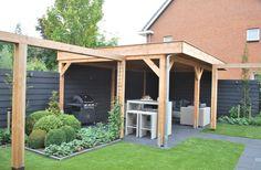 De aanbouw 'bruggen' aan het tuinhuis. Ideaal voor een hangmat en een schommel.