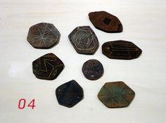 bijoux allemand : Volker Atrops, 2011, petites plaques gravées, style barbare, 2010s