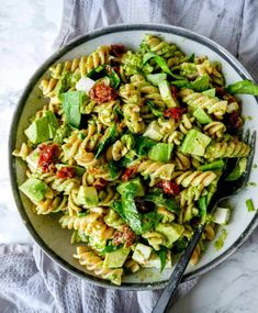 Today's pesto pasta salad. Simple vegetarian dinner idea - ready in only 15 min. This recipe is made with: Vegetarian Recepies, Easy Vegetarian Dinner, Vegan Recipes Easy, Pasta Recipes, Shepherds Pie Rezept, Pesto Pasta Salad, Food Crush, Vegan Cheese, One Pot Meals