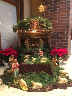 Christmas Crib Ideas, Christmas Stairs Decorations, Wall Christmas Tree, Christmas Nativity Scene, Handmade Christmas Decorations, Christmas Home, Christmas Wreaths, Christmas Crafts, Christmas Classroom Door