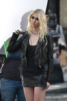 Taylor Momsen Photos - Taylor Momsen goes for a revealing black leather outfit to film scenes for an Untitled Tomomi Itano music video in New York City. - Taylor Momsen Shoots a Music Video Rocker Girl, Rocker Chick, Rock Chick Style, Taylor Monsen, Taylor Michel Momsen, Preppy Girl, Hottest Female Celebrities, Cool Girl, Leather Skirt