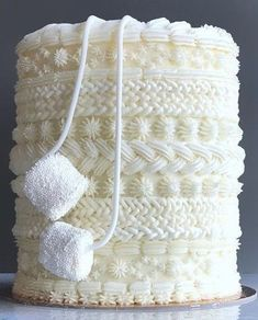 Disclaimer This is NOT my cake. but it is beautiful and Im very much inspired to recreate this winter masterpiece Im thinking Vanilla Bean Cake with an Almond Buttercream or maybe Chocolate Gingerbread Cake with a Cream Cheese Frosting? Pretty Cakes, Cute Cakes, Beautiful Cakes, Amazing Cakes, Winter Torte, Winter Cakes, Vanilla Bean Cakes, Vanilla Cupcakes, Decoration Patisserie