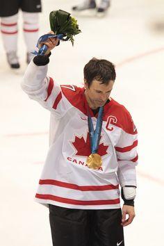 Captain Scott Niedermayer salutes the crowd, Vancouver, Canada