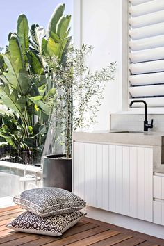 Excellent Private City Garden Design Ideas With Beach Vibes 47 Outdoor Lounge, Outdoor Areas, Outdoor Rooms, Outdoor Dining, Outdoor Decor, Outdoor Bbq Kitchen, Outdoor Kitchen Design, Outdoor Laundry Area, Outdoor Kitchens