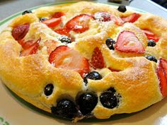 Strawberry Souffle Pancake Recipe Ingredients 3 eggs separated ½ cup half and half ¼ cup flour 1 pinch of salt tablespoons me. Breakfast Desayunos, Breakfast Dishes, Breakfast Recipes, Breakfast Souffle, Breakfast Ideas, Strawberry Recipes, Strawberry Breakfast, Strawberry Pancakes, Gastronomia