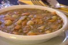 Questa zuppa di legumi è un'ottima minestra che può essere servita anche come piatto unico, in accompagnamento con crostoni di pane abbrustolito, eventualmente strofinato con aglio e condito con un filo d'olio.