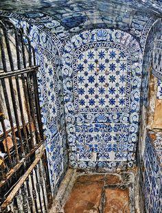 CAPELA DA MEMÓRIA ou no SÍTIO DA NAZARÉ  - Portugal No final do século XVI frei Bernardo de Brito localizou no cartório do Mosteiro de Alcobaça uma cópia da doação territorial feita por D. Fuas Roupinho a Nossa Senhora da Nazaré, datada de 1182, onde se lia ter existido uma gruta sob a ermida. O religioso foi ao Sítio da Nazarée com a ajuda de outros devotos escavaram o subsolo da capela, onde descobriram a gruta, que a partir de então passou a estar visível. (cont.1)