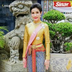 Istana Thailand menyiarkan beberapa keping gambar peneman rasmi Raja Maha Vajiralongkorn.  #sinarharian #video #Thailand #global Motion Video, Thailand, Sari, Fashion, Saree, Moda, Fashion Styles, Fashion Illustrations, Saris
