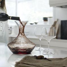 Ein vollmundiges Glas Wein zu genießen, ist mehr als der Kauf eines guten Jahrgangs. Die angemessene Temperatur, das passende Glas und das richtige Dekantieren gehören zum perfekten Servieren eines Weines. Daher raten Experten, eine ideal geeignete Karaffe zu verwenden, um so die feinen Aromen - selbst die eines sehr jungen Weines - zu entfalten. Eine Karaffe mit der das bestimmt gelingt, ist Perfection von Holmegaard.
