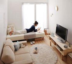 狭い部屋に置く家具は、なるべく背の低いもので統一するのがベターです。視界をさえぎることがなく、壁の広がりを強調することができ、開放感が生まれます。