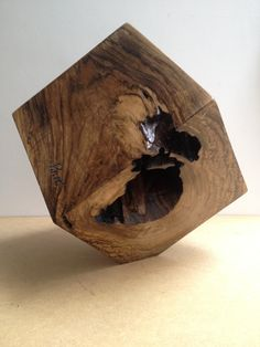 Escultura Cubo  Medidas : 22 x 22 x 22 cms Peso aprox: 10,0 kgs Peça assinada…