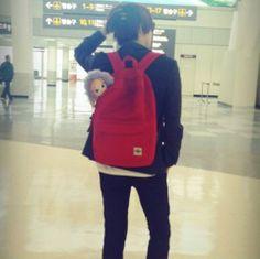 #super_junior #heechul #kpop 오랜만에 공항패션. 공황패션의 창시자 희님. 내가 모델인 'SPAO' 가방 안에 나의 작고 귀여운 안나를 담아 비행기를 타는 순수한 남자. 건희랑 안나랑 여행 다녀올게