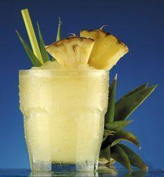 Licuado para bajar de peso, limpiar el colon y bajar el colesterol en 4 días Este Licuado (batido) es una maravilla, si necesitas bajar de peso, limpiar el colon y bajar el colesterol, pues con este batido multiuso lo lograrás. Ingredientes: Piña, Manzana, Pepino, Cristal de Sábila y jugo de naranja. Preparación: -Vamos a pelar… Smoothie Drinks, Fruit Smoothies, Healthy Smoothies, Healthy Drinks, Healthy Eating, Healthy Recipes, Protein Diet Plan, Sorbets, Detox Soup