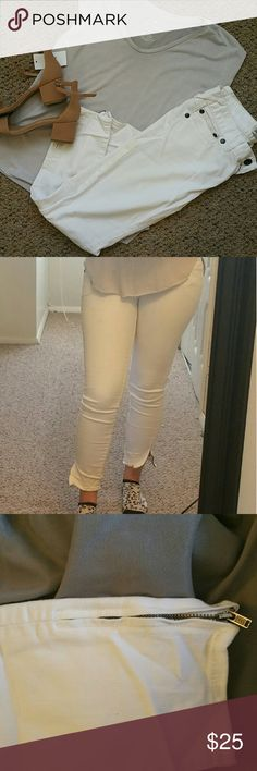 Free People White Cropped Pants/Long Capris Free People white Capris with zipper on side of calf. Both zippers work. Size W 27. Great option to pair with many different summer outfits! Slightly worn. Free People Pants Ankle & Cropped