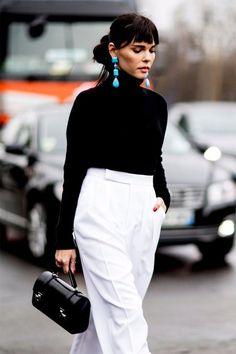 Черная водолазка, белые брюки, серьги #whitetrousers #streetstyle