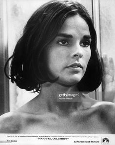 20 Beautiful Black & White Photos of American Actress Ali MacGraw from the Born in upstate NY, Ali MacGraw worked in fashion before going behind. Classic Beauty, Timeless Beauty, Iconic Beauty, Classic Bob, Classic Hollywood, Old Hollywood, Black White Photos, Black And White, Bold Brows