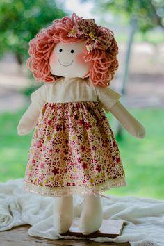 Boneca Cecília, confeccionada em algodão e tricoline, cabelos de lã, enchimento em fibra siliconada.  mede 50 cm
