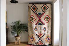 Grand tapis azilal d'une grande beautéOn retrouve incrustés dans ce tapis des losanges de tissus boucherouites, losanges en coton incrustés dans la laine beige de ce tapisTrès beau contraste entre la laine et le cotonTapis ancien en excellent état de conservationBien épaisIl mesure 2M82 sur 1M69*Tous nos tapis anciens sont lavés et traités sur place*