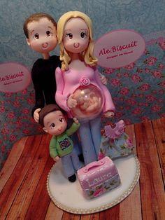 Família em biscuit topo de bolo, papai, mamãe (c bebê no ventre) e um irmãozinho ( maninha). Personalizamos através de fotos, ou descrição porém dentro de nosso padrão de modelagem.  Tamanho aprox. 15 diâmetro de base x 22cm de altura.