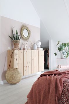 Slaapkamer in Scandi en bohemian style. Met veel hout, roze en wit tinten! Cosy Bedroom, Small Room Bedroom, Master Bedroom, Bedroom Decor, Bedroom Styles, Guest Bedrooms, Fashion Room, New Room, Decoration