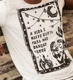 """Se tem uma palavra que define o clima das festas de São João é """"alegria"""". E bota alegria nisso! É claro que uma festa dessas merece uma produção à altura, e, na Renner, você encontra as camisas temáticas mais legais para curtir a festa junina!"""