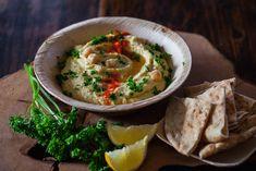 Так как основной компонент хумуса — горох нут, эта холодная закуска богата растительным белком, клетчаткой, железом, марганцем, триптофаном, витаминами группы B и ненасыщенными жирами.