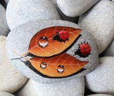 He encontrado este interesante anuncio de Etsy en https://www.etsy.com/es/listing/224725847/painted-stone-ladybugs-on-leafs-is