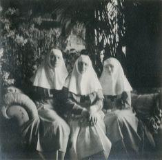 Empress Alexandra Feodorovna (centro) e suas filhas Grand Duchesses Tatiana Nikolaevna (right) e Olga Nikolaevna como enfermeiras em Tsarskoye Selo, 1914.
