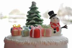 Here's a set of sweet Christmas cake decorating ideas and designs which are really delicious. These decorated Christmas cakes are perfect for this season. Christmas Cake Designs, Holiday Centerpieces, Handmade Christmas Decorations, Christmas Desserts, Christmas Cakes, Christmas Time, Xmas, Christmas Recipes, Holiday Cakes
