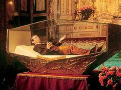 San Dominic Savio, fue un alumno de san Juan Bosco, en el oratorio de san Francisco de Sales, que se propuso ser santo y murió tres semanas antes de cumplir los 15 años de edad, siendo el santo no mártir más joven de la Iglesia católica.