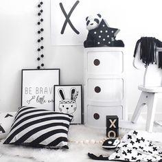 Jolie chambre d'enfants noir et blanc / componibili blanc http://www.meublesetdesign.com/fr/anna-castelli-ferrieri/rangements-ferrieri/componibili-3-etages