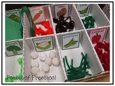 Winkelen, boodschappen doen, supermarkt: Groenten gemaakt van pompoms, pijpenragers, papier...
