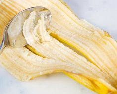 When you eat banana, you usually throw away the peel, or use it in a compost. You need to know the amount of uses that are available for a banana peel! Banana Peel Uses, Raw Banana, Banana Peels, Banana Tea, Vitamin C Pulver, Home Remedies, Natural Remedies, Banana Benefits, Poison Ivy