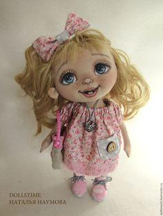 Купить или заказать текстильная кукла малышка Китти в интернет-магазине на Ярмарке Мастеров. Очаровательная, улыбчивая малышка Китти. Несмотря на свой малый возраст, очень любит наряжаться. Предпочитает розовый цвет)). Ручки и ножки - на пуговичном креплении. Куколка стоит и сидит самостоятельно.