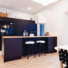 Kaapinovet voivat olla katseenvangitsija – valitse erikoisempi kuvio tai väri, joka luo mukavaa kontrastia muihin pintoihin. #designtalo #keittiö Table, Furniture, Design, Home Decor, Decoration Home, Room Decor, Tables, Home Furnishings