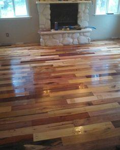 Eram pallets antigos e desgastados. Viraram um piso exclusivo para uma casa de família. Veja como a reutilização pode ser a melhor decoração da sua vida!